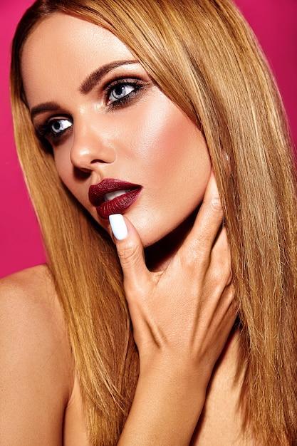 Чувственный гламур портрет красивой блондинки модели леди со свежим ежедневным макияжем с темно-красным цветом губ и чистой здоровой кожей Бесплатные Фотографии