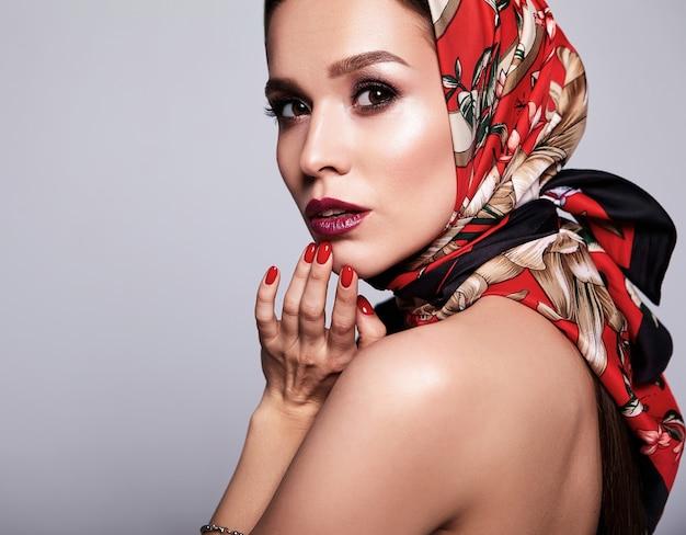 Деловая женщина в черном платье с вечерним макияжем и красочными губами в красной шали Бесплатные Фотографии