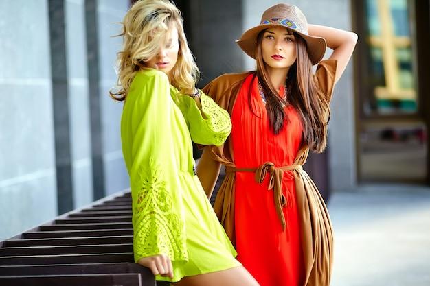 Фасонируйте портрет двух молодых моделей хиппи женщин в солнечный летний день в яркой красочной одежде битник Бесплатные Фотографии