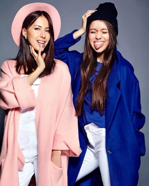 Модный портрет двух улыбающихся брюнеток в летнее время Бесплатные Фотографии