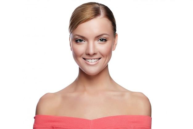 白で隔離完璧なきれいな肌と自然化粧品で美しい白人の若い女性モデル 無料写真