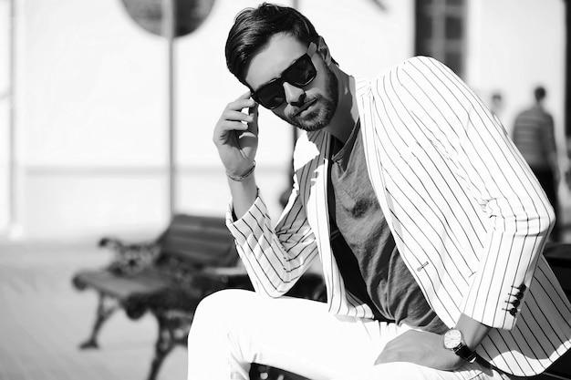 Взгляд высокой моды. молодая стильная уверенно счастливая модель бизнесмена в образе жизни ткани костюма на улице в солнечных очках Бесплатные Фотографии
