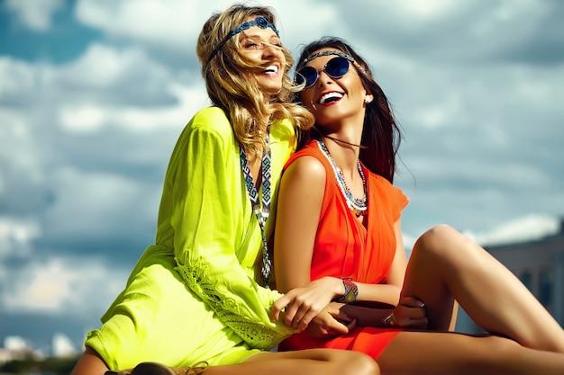 Фасонируйте портрет молодых девушек хиппи женщин в солнечный летний день в яркой красочной ткани Бесплатные Фотографии