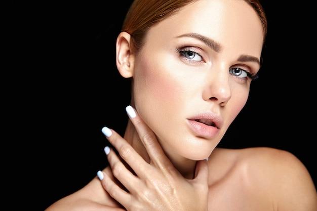 黒の化粧ときれいな健康的な肌と美しい女性モデルの官能的な魅力の肖像画 無料写真