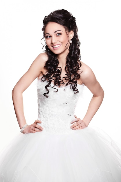 Счастливая сексуальная красивая невеста брюнетка девушка в белом свадебном платье с прической и ярким макияжем на белом фоне Бесплатные Фотографии