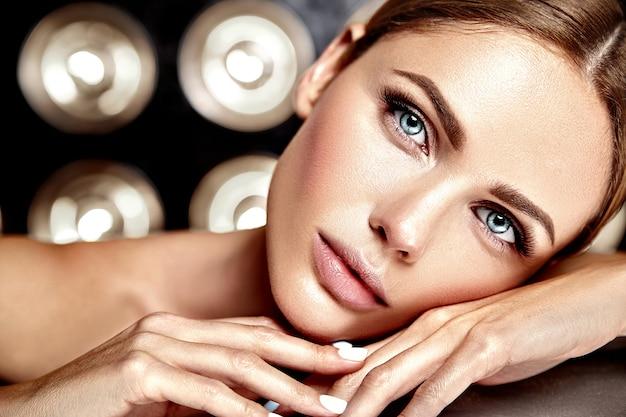 Чувственная гламурная модель красивой женщины со свежим ежедневным макияжем с обнаженным цветом губ и чистой здоровой кожей лица Бесплатные Фотографии