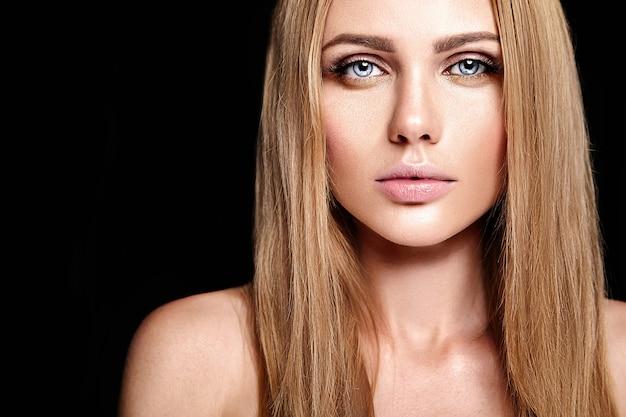 裸の唇の色ときれいな健康的な肌の顔と新鮮な毎日のメイクと美しい金髪の女性モデルの女性の魅力の肖像画 無料写真