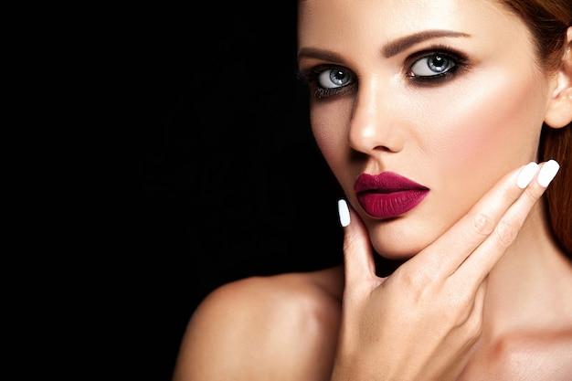 濃いピンクの唇の色ときれいな健康な肌の顔と新鮮な毎日のメイクと美しい女性モデルの官能的な魅力の肖像画 無料写真