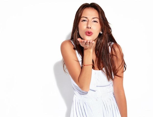 Модель женщины брюнет портрета красивая милая в вскользь платье лета без состава изолированного на белизне. дарить поцелуй Бесплатные Фотографии