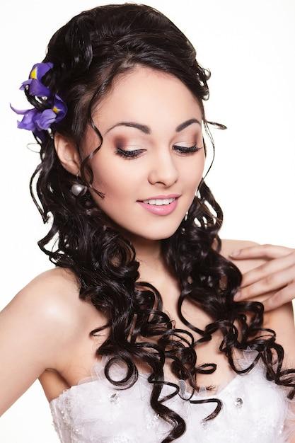 Красота свадебной прически с яркими цветами и ярким макияжем Бесплатные Фотографии