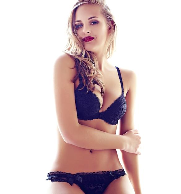 Фасонируйте портрет красивой сексуальной молодой модели взрослой белокурой женщины нося черное эротичное женское бельё представляя в светлом интерьере утром Бесплатные Фотографии