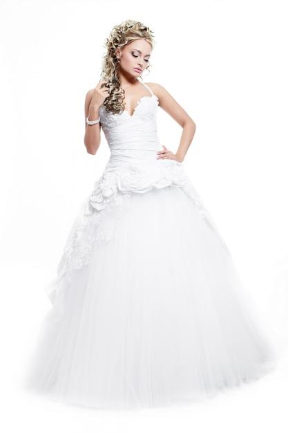 髪型と明るいメイクと白いウェディングドレスで幸せな笑顔の美しい花嫁 無料写真