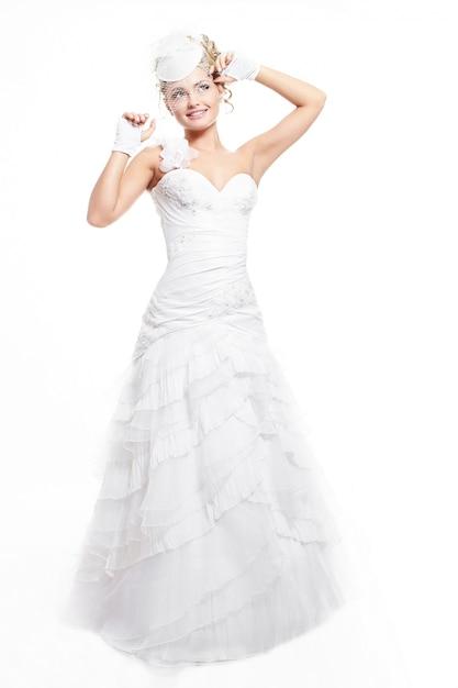 Счастливая улыбающаяся красивая невеста в белом свадебном платье с прической и ярким макияжем Бесплатные Фотографии
