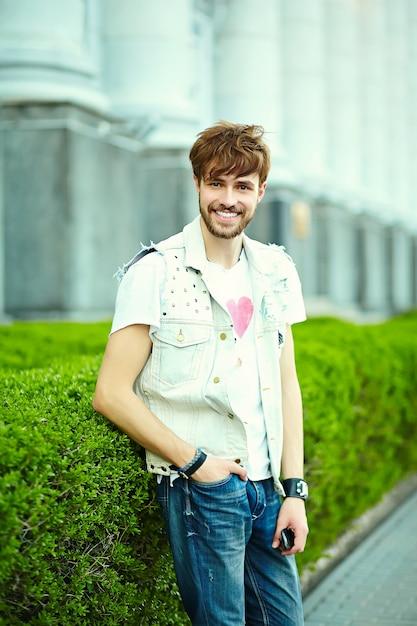 サングラスの通りにスタイリッシュな夏布で面白い笑顔ヒップスターハンサムな男男 無料写真