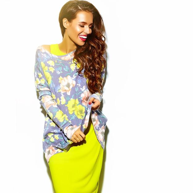 Портрет красивой счастливой женщины в летнее время битник яркие красочные желтые одежды с красными губами Бесплатные Фотографии