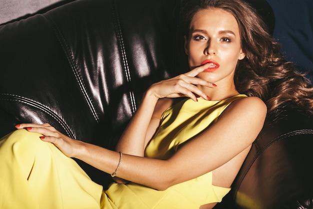Мода гламур стильная красивая молодая женщина модель с красными губами летом ярко-желтое платье Бесплатные Фотографии