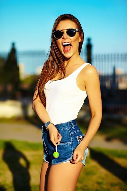 Гламурная модель стильной женщины летом яркая ткань на улице Бесплатные Фотографии