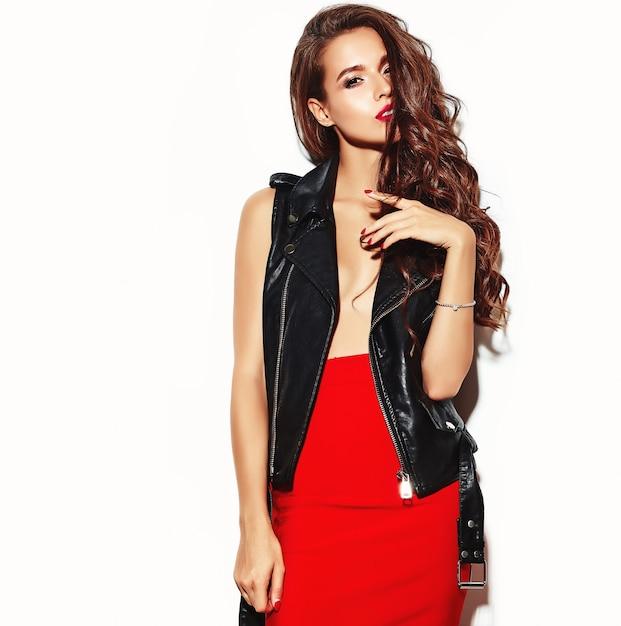 トレンディな夏の赤いスカートと黒革のジャケットの若い美しい女性。 無料写真