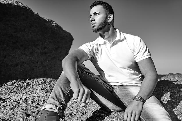 流行に敏感な夏服でハンサムな男モデル 無料写真