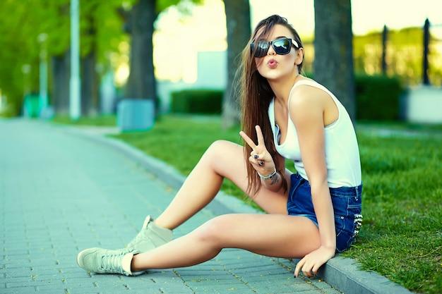 通りの夏の明るい布でグラマースタイリッシュな女性モデル 無料写真