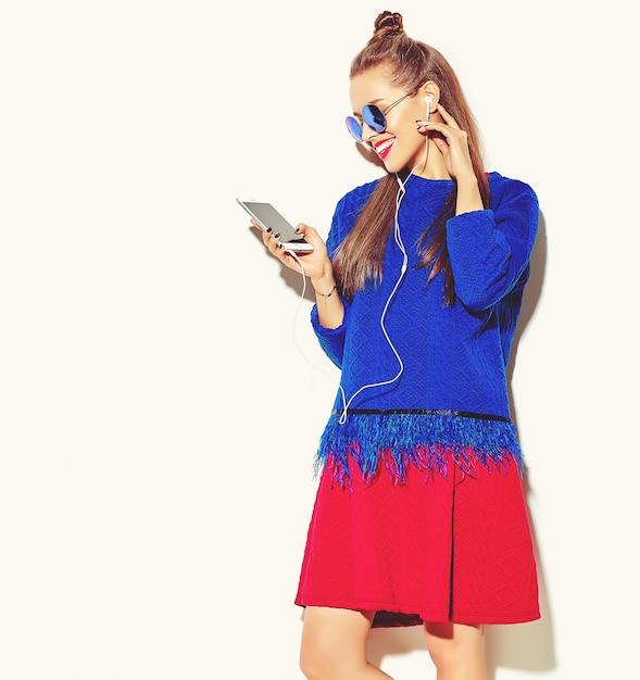 Красивая счастливая милая улыбающаяся сексуальная брюнетка женщина девушка в повседневной красочной летней одежде с красными губами Бесплатные Фотографии