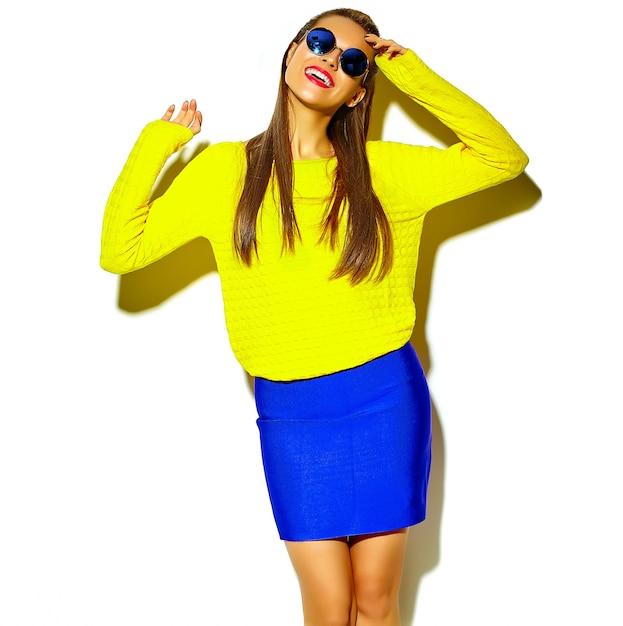 白で隔離される赤い唇とカジュアルなカラフルなヒップスター黄色夏服で美しい幸せなかわいい笑顔ブルネットの女性少女の肖像画 無料写真