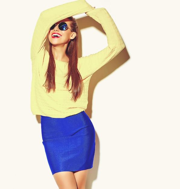 白で隔離される赤い唇とカジュアルなカラフルなヒップスター黄色夏服で幸せなかわいい笑顔ダンスブルネットの女性少女 無料写真