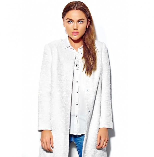 白で隔離されるカジュアルな流行に敏感な夏服で美しいブルネットの女性モデル 無料写真