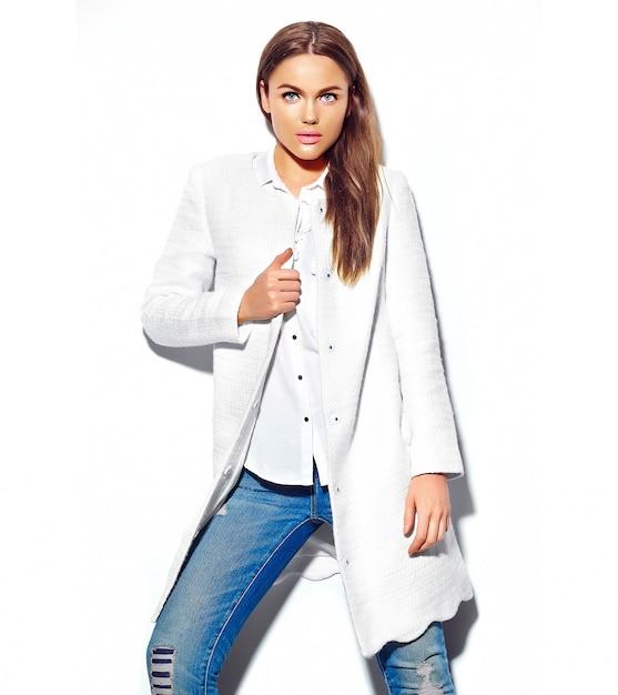 Красивая брюнетка женщина модель в повседневной одежде битник летней изолирован на белом Бесплатные Фотографии