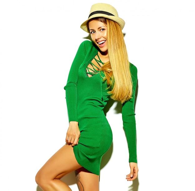 化粧なしのカジュアルな流行に敏感な緑の夏服で美しいホットブロンド女性女の子 無料写真