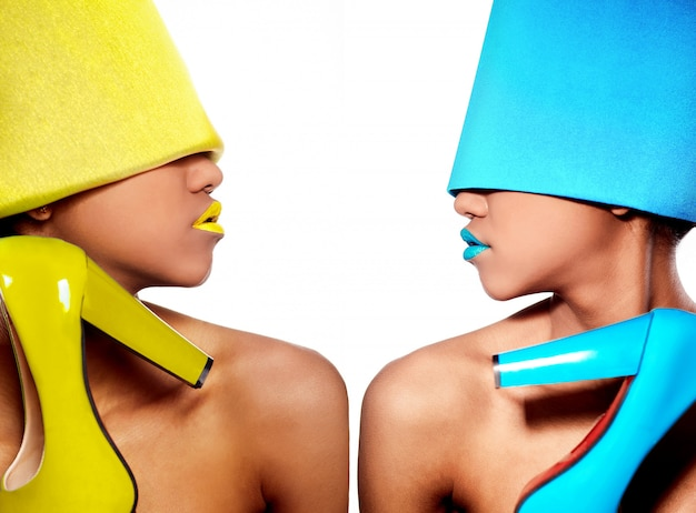 黄色と青のドレスでアフロアメリカンの女性 無料写真