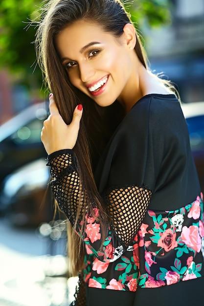 通りの美しいスタイリッシュな若い女性の肖像画 無料写真