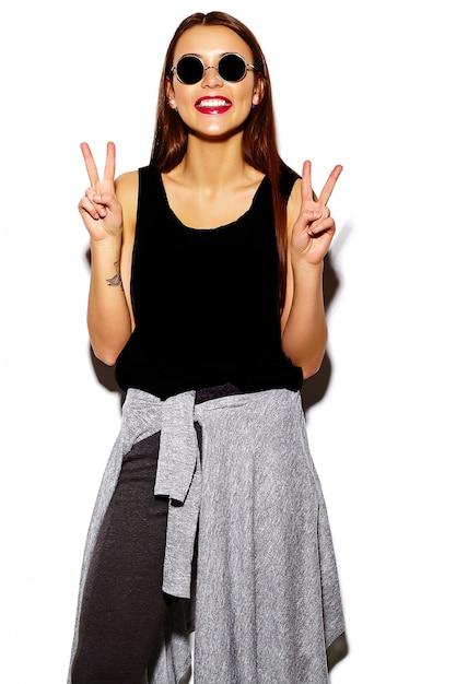 Портрет красивой стильной молодой женщины с очками Бесплатные Фотографии
