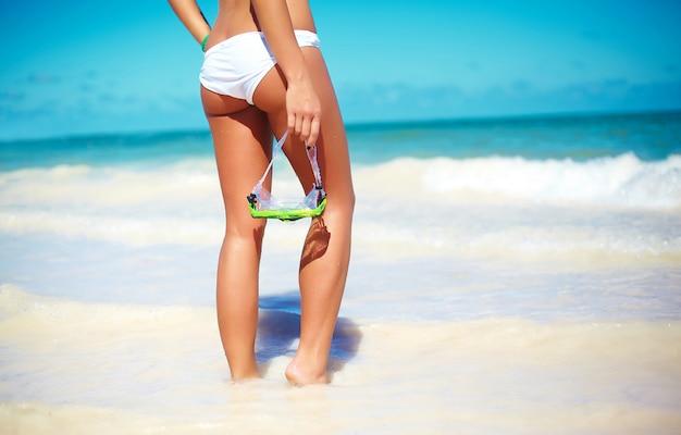 ビーチでスタイリッシュな若い女性の肖像画 無料写真