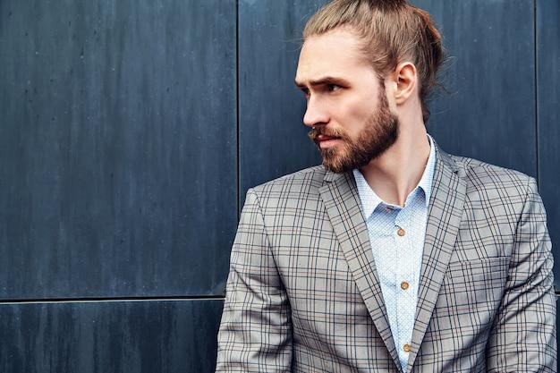 グレーの市松模様のスーツでハンサムな男 無料写真