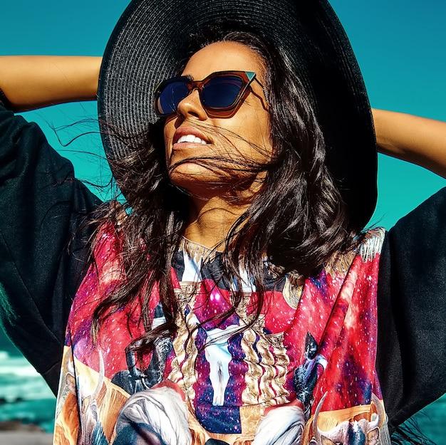 Портрет красивой стильной молодой женщины на пляже Бесплатные Фотографии