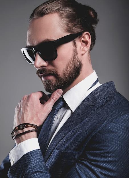 Портрет красивый модный бизнесмен модель, одетый в элегантный синий костюм с очками Бесплатные Фотографии