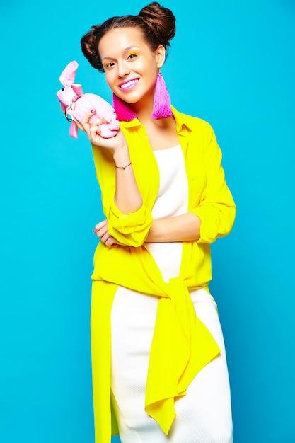 Модная девушка в повседневной летней одежде Бесплатные Фотографии