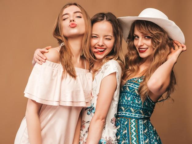Три молодые красивые улыбающиеся девушки в модных летних повседневных платьях. сексуальные беззаботные женщины позируют. Бесплатные Фотографии