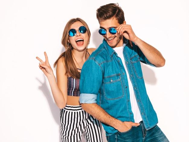 Портрет улыбается красивая девушка и ее красивый парень смеется. счастливая веселая пара в солнцезащитные очки. Бесплатные Фотографии