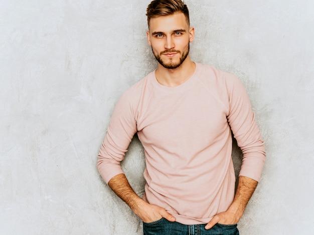 Портрет красивой серьезной модели молодого человека нося вскользь одежды пинка лета. мода стильный мужчина позирует Бесплатные Фотографии