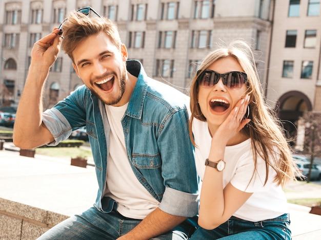 Портрет улыбается красивая девушка и ее красивый парень. женщина в повседневной джинсовой одежде. Бесплатные Фотографии