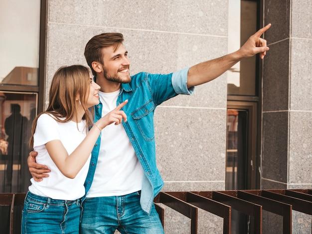Улыбка красивая девушка и ее красивый парень. женщина в повседневной джинсовой одежде. Бесплатные Фотографии