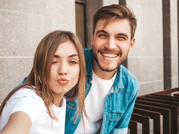 カジュアルな夏服で笑顔の美しい少女と彼女のハンサムなボーイフレンド。 無料写真