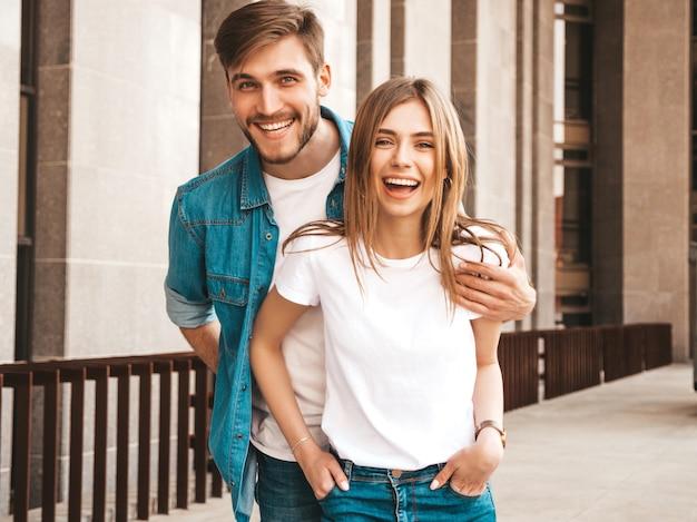 笑顔の美しい少女と彼女のハンサムなボーイフレンドの肖像画。カジュアルな夏のジーンズ服の女性。 。ハグ 無料写真