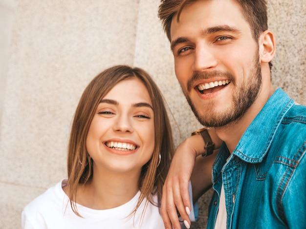 Улыбка красивая девушка и ее красивый парень в повседневной летней одежде. Бесплатные Фотографии