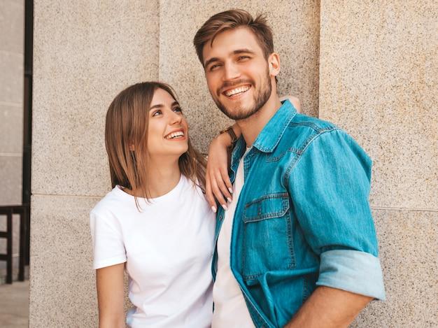 笑顔の美しい少女と彼女のハンサムなボーイフレンドの肖像画。カジュアルな夏のジーンズ服の女性。 無料写真