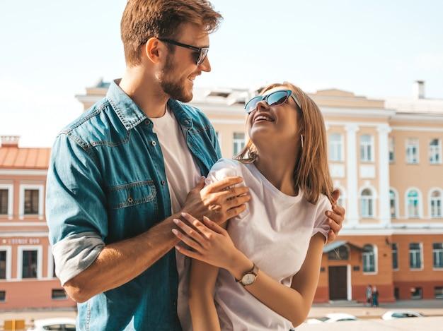 Улыбка красивая девушка и ее красивый парень. женщина в повседневной джинсовой одежде. смотреть друг на друга Бесплатные Фотографии