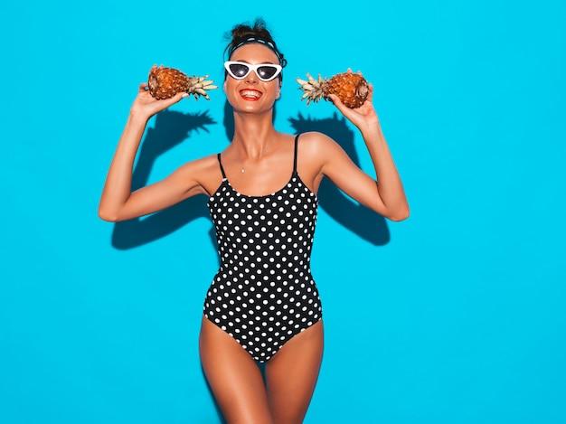 Портрет улыбается девушка брюнетка в горох купальники купальный костюм и солнцезащитные очки. Бесплатные Фотографии