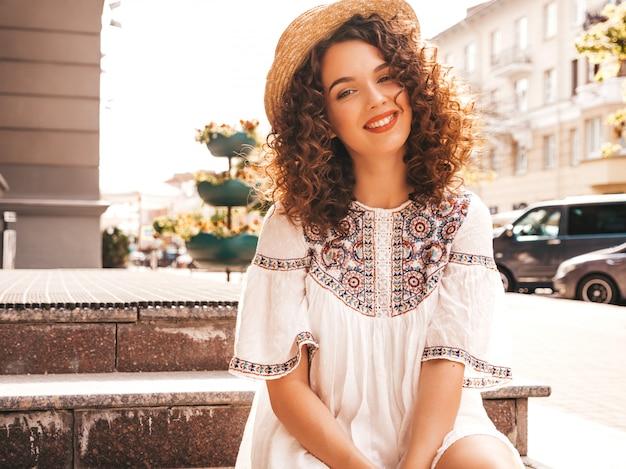 Красивая улыбающаяся модель с афро кудри прическа, одетая в летнее платье битник белое. Бесплатные Фотографии
